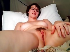 Hot babe satisfies herself