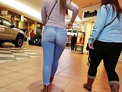 ASS JIGGLE IN TIGHT JEANS LATINA