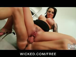 Big-booty waitress Christy Mack fucks a customer in the bathroom