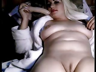 ARAB WOMAN SHOWS HER SHAVEN PUSSY