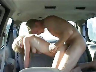 Bonde fucked n car ( people can see )