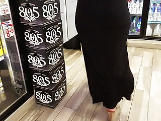 Mature big booty in black dress.