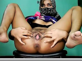 Hijab hottie cums on cam