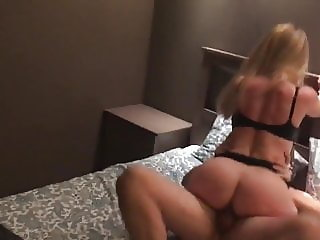 Has removed sex of the wife with the guy in hotel