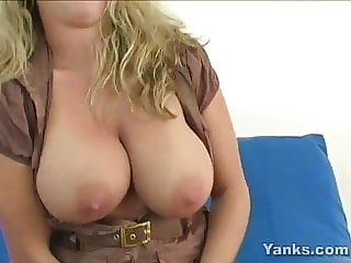 Busty Yanks Amber soaks the futon