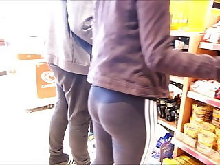 CANDID GERMAN TEEN ASS IN LEGGINGS