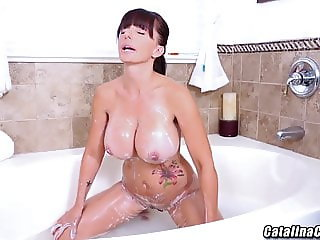Catalina Cruz bathtub time to masturbate pussy