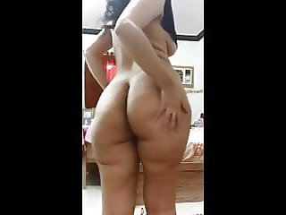 ARAB GIRL SHOWS HER CURVY ASS