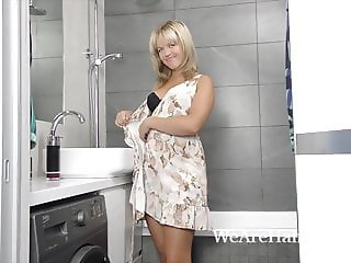 Jessy Fiery masturbates in her shower