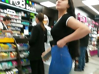 Teen candid Ass in very tight Leggings