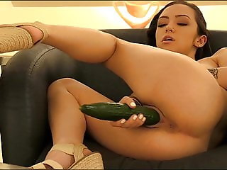 Preciosa anglosajona insert big bottle and cucumber peeing t