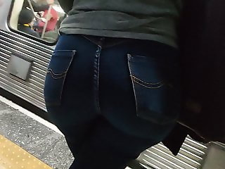Big round booty tight in jeans waiting the train