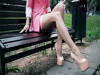 NUDE FEET IN HIGH HEELS