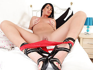 English milf Leah needs getting off badly