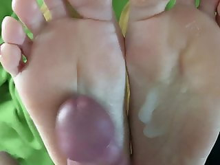 Amateur footjob with cum at her soles