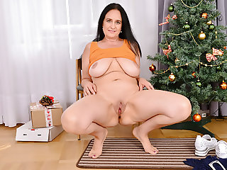 Mature mom Ria Black gives her pussy an Xmas treat