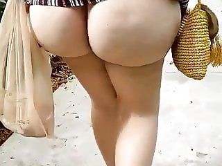 PAWG WALKING WITH ASS OUT
