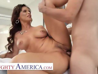 Naughty America - Syren De Mer Fucks her new masseuse