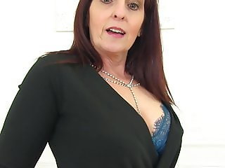 Posh busty mature sex queen feeding pussy