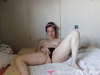 Vends-ta-culotte - French Girl Masturbates in her Bedroom